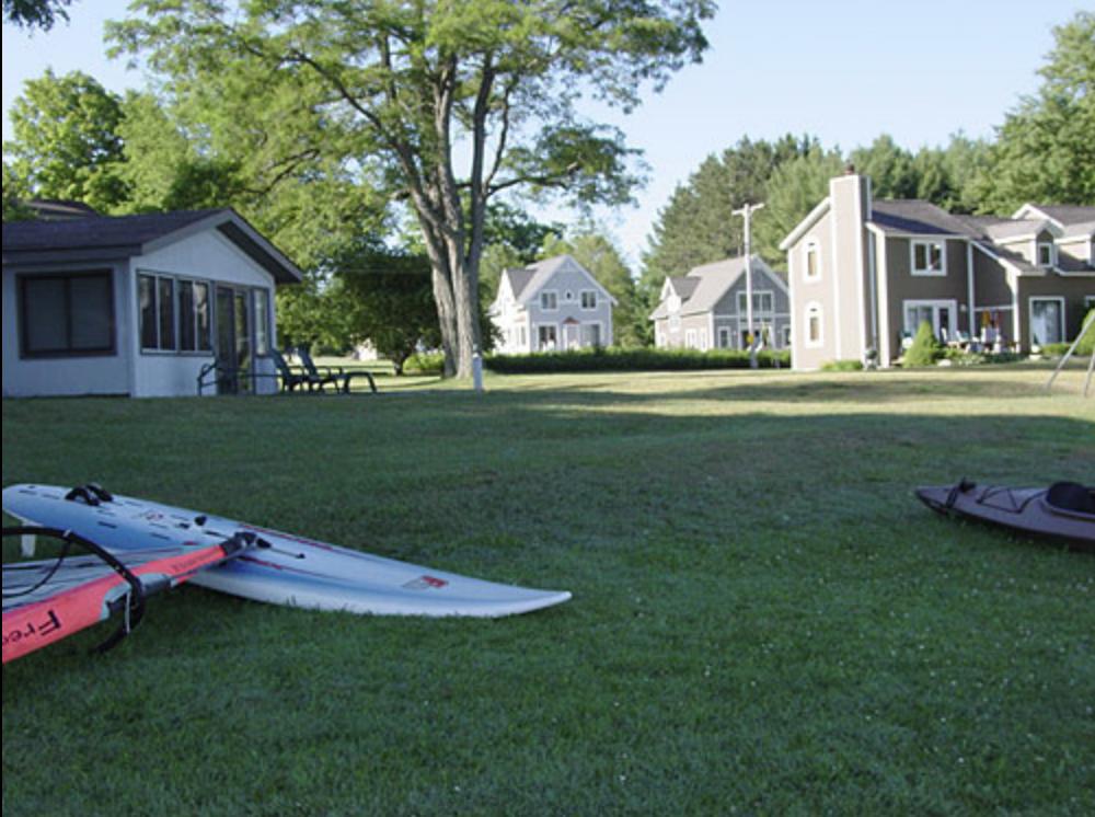 Villa Glen Resort_lawn view of rentals and paddleborads