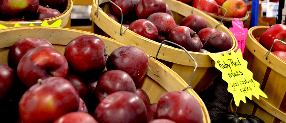 local apples for sale in baskets